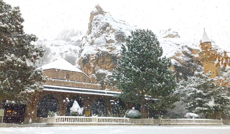 Somuncu Baba türbesi ve külliyesinde kar manzaraları