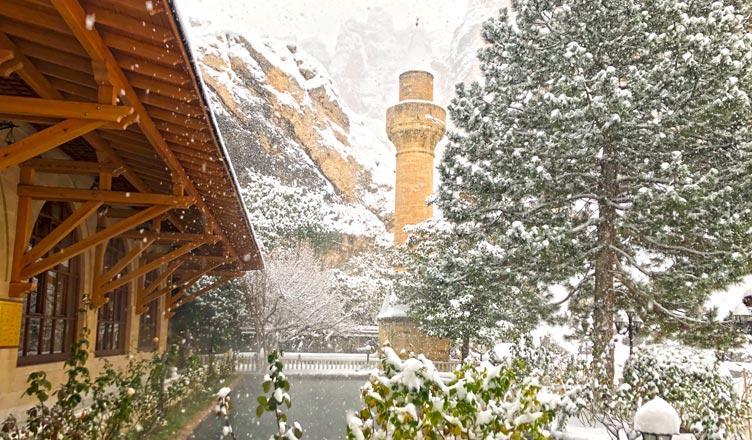 somuncu baba türbesi ve külliyesi kar manzarası tarihi minare balıklı havuz