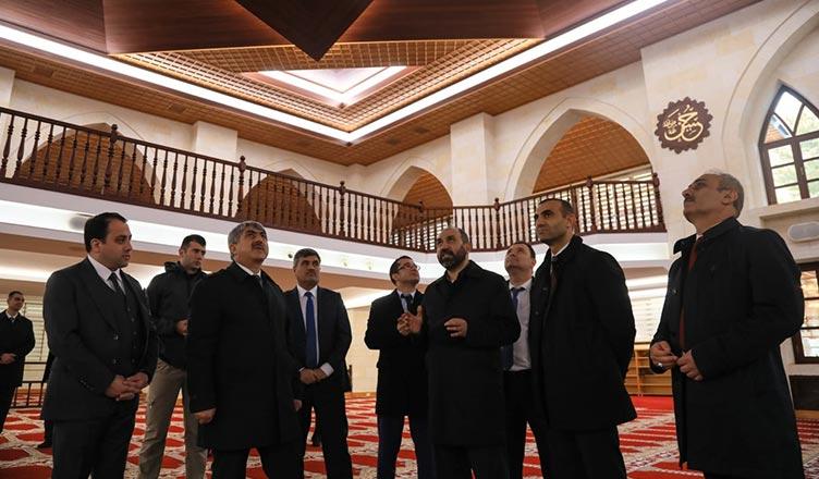 Hakimler ve Savcılar Kurulu (HSK) Teftiş Kurulu Başkanı Yunus Nadi Kolukısa, Adalet Bakan Yardımcısı Selahaddin Menteş ve beraberindeki heyet, Somuncu baba külliyesini ziyaret etti.